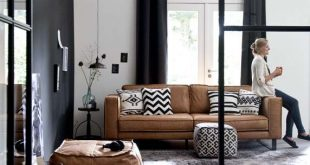 Ein Kamelleder-Sofa zum Aufwärmen eines schwarz-weißen Grafik-Wohnzimmers